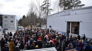 Folk samlade vid moskén i Mellungsbacka.