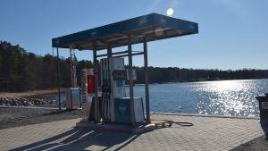 Enn bränslestation vid en hamn (Bromarv).