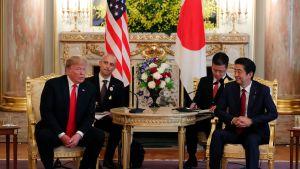 Trump och Abe under måndagens samtal.