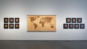 Kalle Hamm och Dzamil Kamangers verk Immigrant Garden, 2006–12. Tavlor med blommor och en världskarta.
