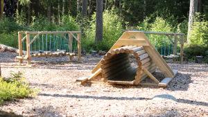 Balanshinder och en tunnel gjorda av trä.
