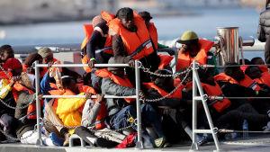 Migranter stiger i land i Malta efter att ha räddats på Medelhavet.