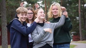 Tyra Wingren, Alva Runberg, Tyra af Kleen, Frida Hanslep-Kellen spelar teater.