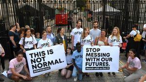 Anti-brexitdemonstration 28.8.2019 utanför portarna till Downing Street i London.