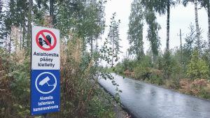 Skylt vid vägkant som säger att asiattomilta pääsy kielletty