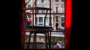 Tom stol vid ett fönster på museet för prostitution i De Wallen.