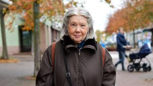 Madeleine Wessman står utomhus och tittar in i kameran.