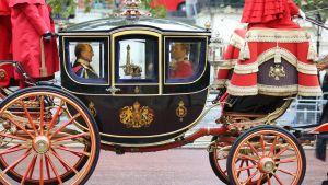Riksregalier fraktas i vagn från Buckingham-palatset till parlamentet i Storbritannien.