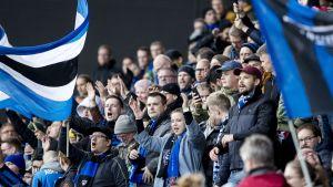 Fotbollspublik i Åbo.