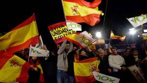 Anhängare till ytterhögern Vox utanför partiets högkvarter under valnatten 10.11.2019 i Madrid.