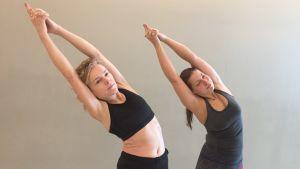 Yogainstruktörerna Anna och Tina gör en övning av så kallad bikramyoga.