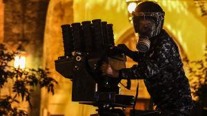 En kravallpolis avfyrar tårgas mot demonstranter i Libanons huvudstad Beirut