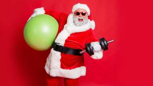 Joulupukki nostamassa painoja.