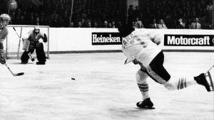 Phil Esposito skjuter ett skott mot Sovjets målvakt.