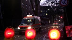 ambulanssi hämyisellä tiellä
