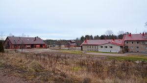 Tre byggnader på avstånd.