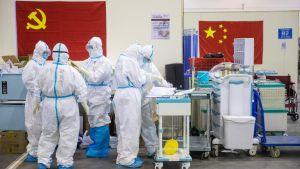 Sjukvårdspersonal som arbetar i ett mässcentrum i Wuhan som omvandlats till ett tillfälligt sjukhus. Bilden tagen på måndagen den 17.2.