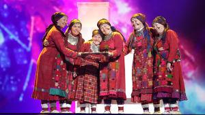 Venäjän vuoden 2012 euroviisuedustaja Buranovskiye Babushki -mummoryhmä perinneasuissa lavalla.