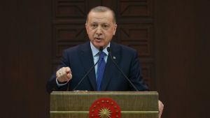 Turkiets president Recep Tayyip Erdogan håller tal