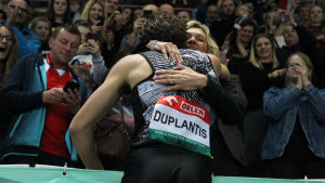Armand Duplantis kramar mamma Helena.