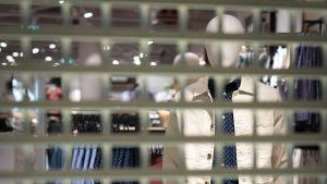 Koronaviruksen takia suljettu vaateliike kauppakeskus Jumbossa.