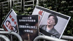 Plakat i samband med en demontration i Hongkong visar bokförläggaren Gui Minhai (till höger) och hans kollega Lee Bo (till vänster).