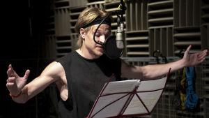 Näyttelijä Olli Riipinen äänitysstudiossa äänittämässä Dingo-kuunnelmaa.