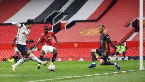 Son gör mål på Manchester United.