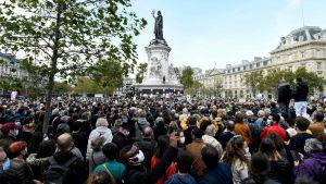 En folksamling på Place de la République-torget i Frankrike.