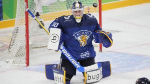 Sami Rajaniemi försöker rädda en hög puck på knä.