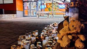 Mjukisdjur och ljus ytterom Borgå simhall till minnet av barnet som drunknade i där i november 2020