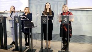 Katri Kulmuni, Krista Kiuru, Sanna Marin ja Aino-Kaisa Pekonen hallituksen tiedotustilaisuudessa