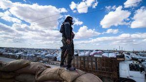 En SDF-soldat spanade ut över al-Hol den 18 mars.