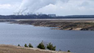 Bakom Cottbuser Ostsee står kolkraftverket Jänschwalde