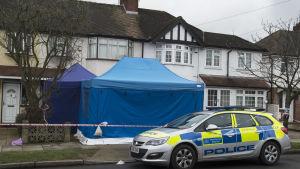 Det var Glusjkovs dotter som hittade honom död i hemmet i New Malden, sydvästra London. Här var brittisk antiterrorpolis redan på plats den 15 mars 2018.