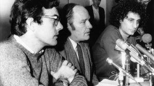 Rennie Davis, David Dellinger ja Abbie Hoffman, amerikkalaiset aktivistit lehdistötilausuudessa, Chicago, 1969