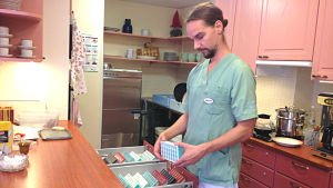 Sebastian Backlund är ansvarig sjukskötare på Rosenhemmet i Åbo