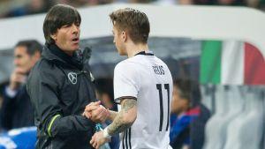 Tysklands förbundskapten Joachim Löw och tyska spelaren Marco Reus i en landskamp mot Italien i mars 2016.
