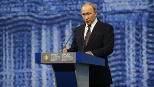 Vladimir Putin kommenterade på fredagen våldet i Frankrike.