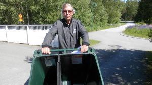 Ingmar Sjöblom med sitt tvåfackskärl för sopor