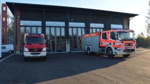 Brandbilar utanför Karis nya brandstation.
