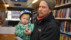 Untu och Otto Samola i bokbussen som för dagen är en valbuss.