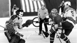 Tjeckoslovakien anfaller mot USA i Hockey-VM 1975.