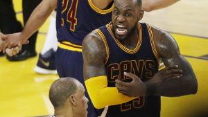 LeBron James är ursinnig på domaren.