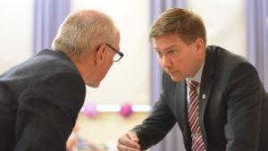 Thomas Blomqvist och Ulf heimberg diskuterar ivrigt.