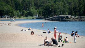 Människor på stranden i Solvik i Nordsjö, Helsingfors den 7.7.2017.