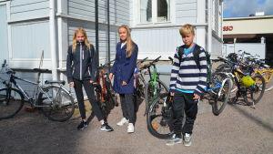 Tre högstadieelever vid cykerställ