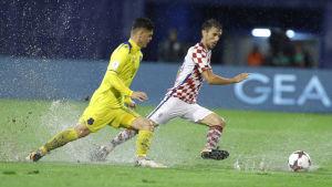 Erton Fejzullahu och Sime Vrsaljko i kamp om bollen på en regntung plan