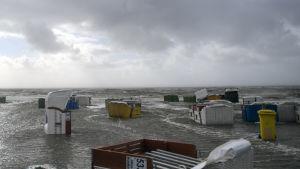 Nordsjökusten är översvämmad till följd av stormen Sebastian.