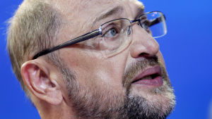 En besviken Martin Schultz, ledare för SDP, håller tal för partiets anhängare efter valprognosen.